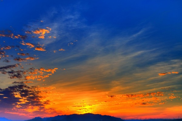 Resplandor del sol detrás de las montañas
