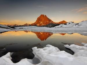Montañas junto a un lago con nieve y hielo