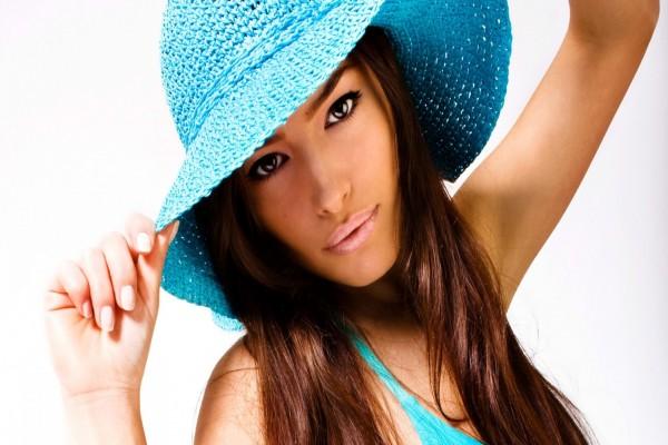 Bella mujer morena con sombrero celeste
