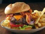 Una deliciosa hamburguesa con patatas fritas