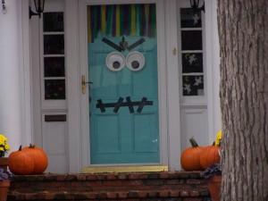 Postal: La puerta de una casa decorada para Halloween