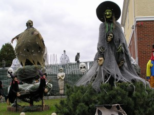 Postal: Brujas para Halloween en un jardín