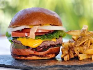 Postal: Una buena hamburguesa con patatas fritas