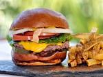 Una buena hamburguesa con patatas fritas
