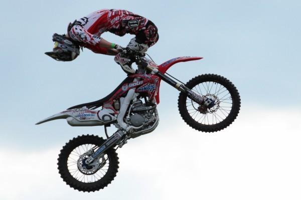 Piloto de motocross realizando un salto