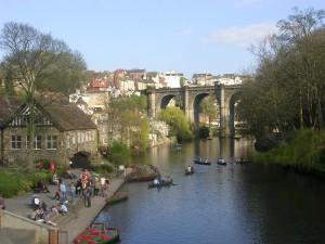 Gente montando en barca en un río