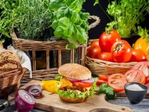 Hamburguesa de pollo, queso y vegetales