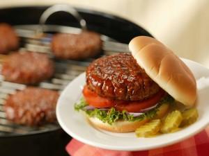 Salsa barbacoa sobre una hamburguesa