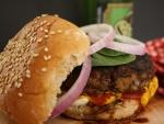 Kétchup y mostaza en una rica hamburguesa