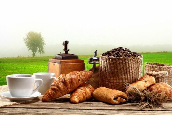 Café y bollos para un desayuno campestre