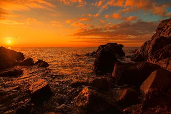 Admirando un bello atardecer en el mar
