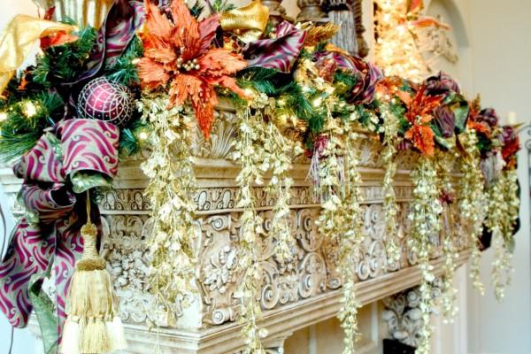 Una chimenea decorada con flores y adornos de Navidad