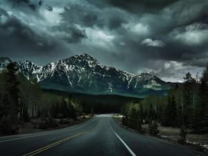 Postal: Una tarde nublada sobre la carretera y las montañas