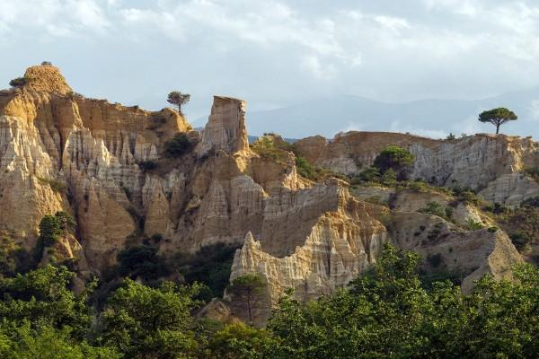 Rocas sedimentarias en la ciudad de Ille-sur-Tet (Francia)