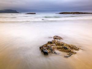 Postal: Mañana nublada en Flakstad Beach, Islas Lofoten (Noruega)