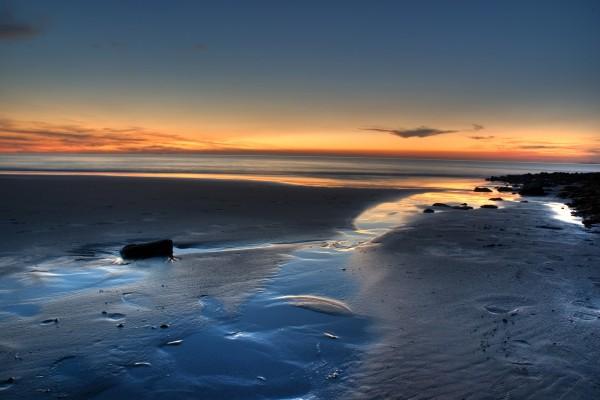 Gran playa solitaria al atardecer