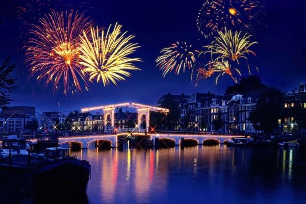 Fuegos artificiales sobre un puente iluminado