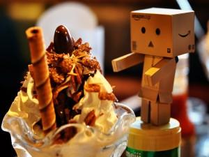 Danbo junto a una gran copa de helado