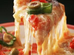 Porción de pizza con mucho queso