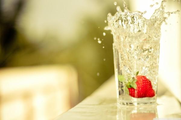 Una fresa dentro de un vaso de agua