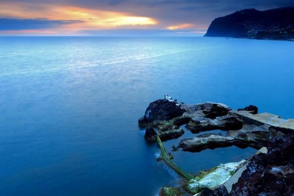 Un puente y escaleras en las rocas del mar