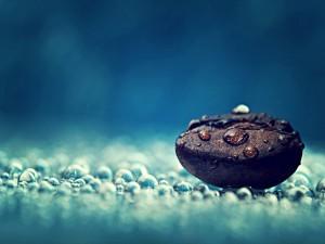 Gotas de agua y una piedra negra