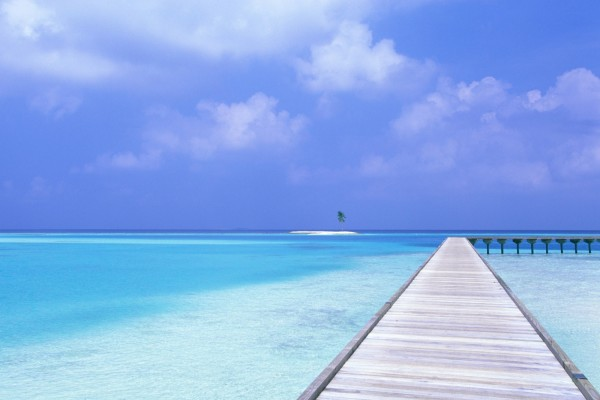 Admirando la pequeña isla en el mar desde el muelle