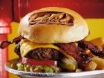 Bacón crujiente en una gran hamburguesa