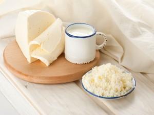 Taza de leche y queso fresco