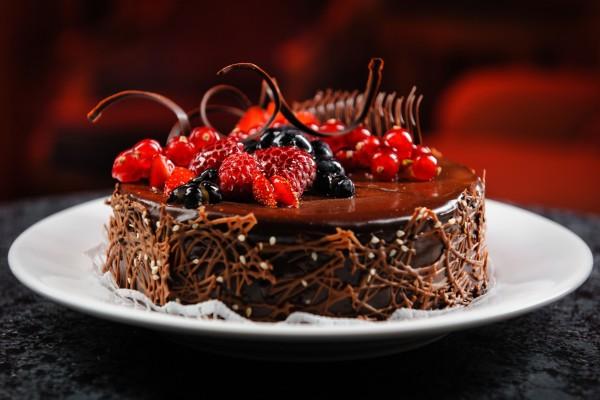 Una deliciosa tarta de chocolate con decoración de frutos rojos