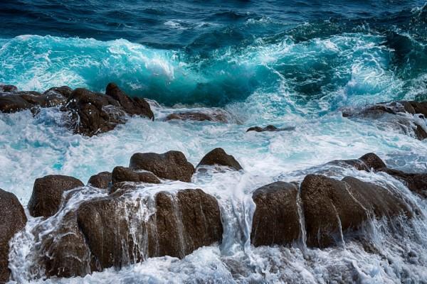 La furia de las olas entre las rocas