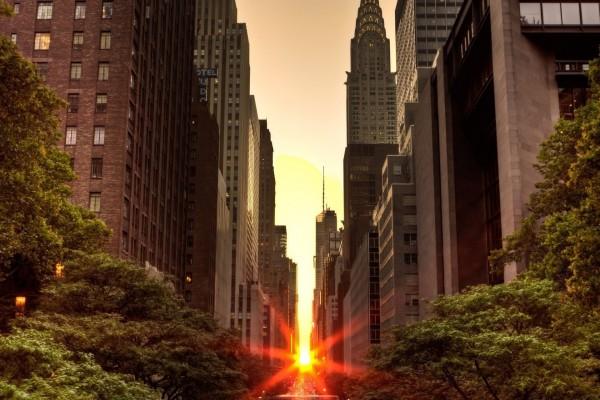 El sol del atardecer brilla entre los edificios de la ciudad