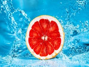 Medio pomelo y agua