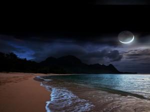 Admirando la luna desde una playa