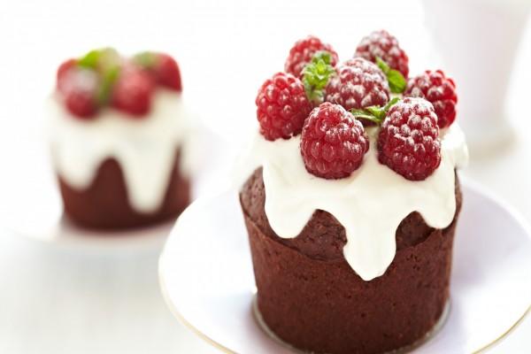 Cupcakes de chocolate con crema de queso y frambuesas