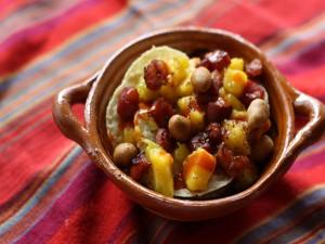 Cazuela de barro con comida mexicana
