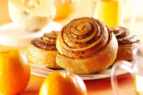 Bollos de canela y naranjas para desayunar
