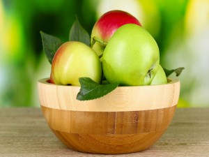 Cuenco con manzanas recién cortadas