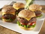 Cuatro hamburguesas en un plato