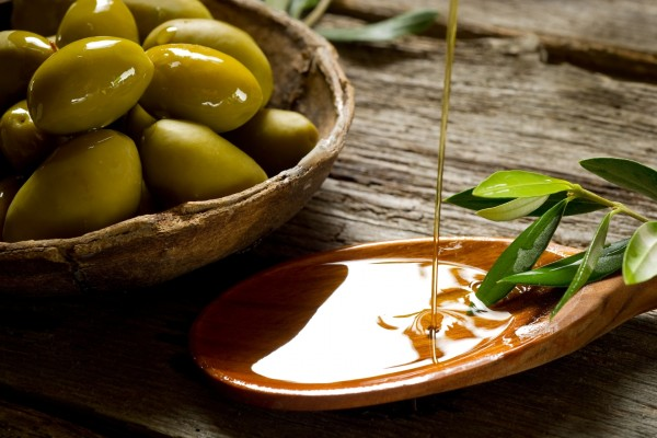 Chorro de aceite de oliva virgen español