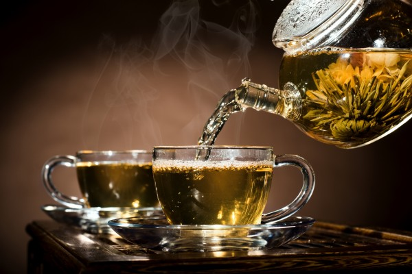 Sirviendo dos tazas de té verde