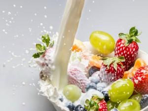 Postal: Un chorro de leche sobre fruta fresca