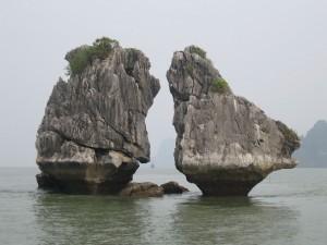 Postal: Las Rocas que se besan (bahía de Ha Long, Vietnam)