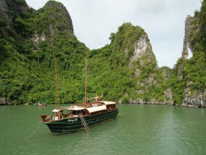 Barco anclado en la bahía de Ha Long (Vietnam)