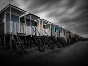 Postal: Casas de colores en la playa