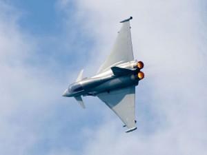 Un Typhoon biplaza británico en vuelo