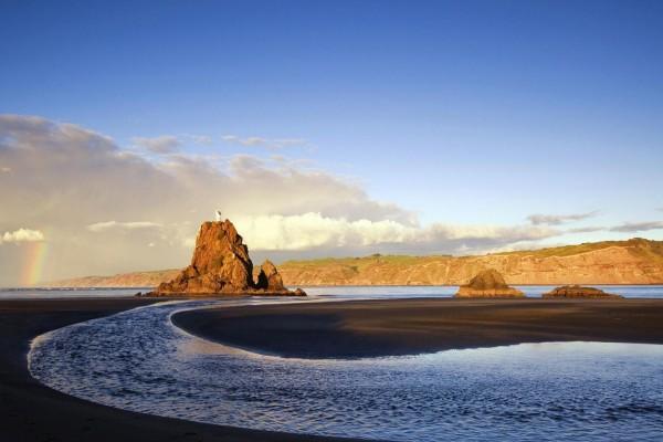 Faro en una roca de la playa