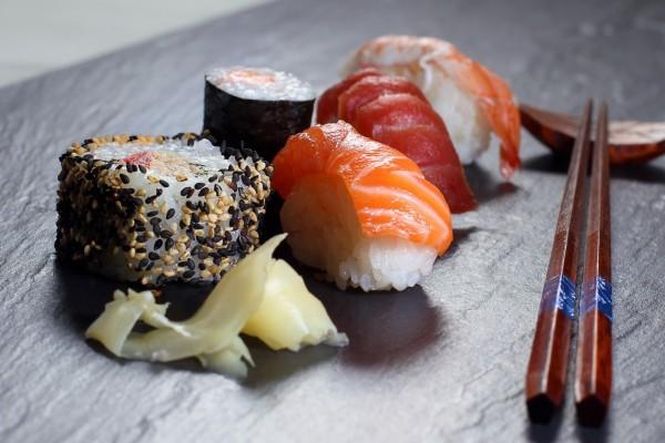 Sushi y palillos sobre el plato