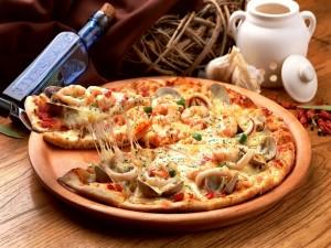 Pizza marinera con almejas, calamar y gambas