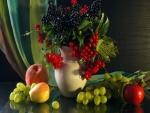 Frutas y un jarrón con bayas